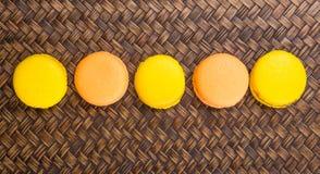 Apelsin- och gulingfranska Macarons II royaltyfria bilder