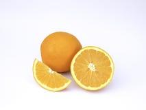 Apelsin och halv skiva på vit bakgrund Arkivfoto