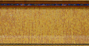 Apelsin och keramiskt tak för guling på den kinesiska templet Arkivfoto
