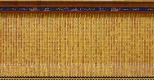 Apelsin och keramiskt tak för guling på den kinesiska templet Fotografering för Bildbyråer
