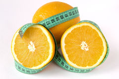 Apelsin och måttband arkivbilder