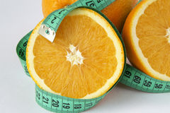 Apelsin och måttband arkivfoto