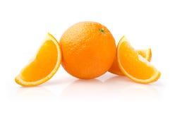 Apelsin och skivor på vit bakgrund Royaltyfri Bild