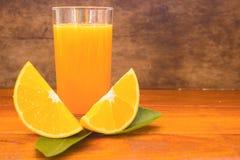 Apelsin, orange fruktsaft, apelsin och orange fruktsaft på wood backgruond Fotografering för Bildbyråer