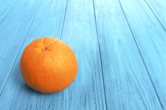 Apelsin på blåtttabellen Arkivfoton