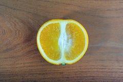 Apelsin på en tabell Royaltyfri Fotografi