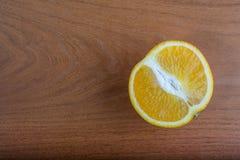Apelsin på en tabell Arkivbilder