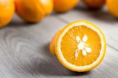 Apelsin på grått trä royaltyfri foto