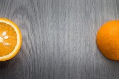Apelsin på grått trä royaltyfria foton