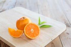 Apelsin på träbakgrund Royaltyfri Foto