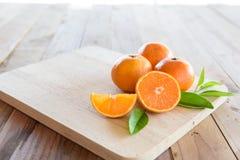 Apelsin på träbakgrund Arkivfoto