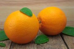 Apelsin på trätabellen i bakgrunden Royaltyfri Fotografi