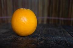 Apelsin på wood texturbakgrund med utrymme för text Organisk lantgård Arkivfoto