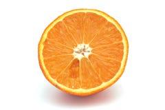 Apelsin snitt i halva Royaltyfri Bild