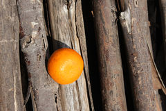 Apelsin som förläggas på trä Arkivfoton