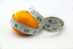 Apelsin som omges av måttbandet royaltyfri bild