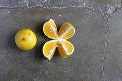 Apelsin som skivas och som är hel Arkivbild