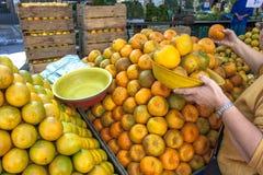 Apelsinen bär frukt på gatamarknaden Royaltyfri Bild