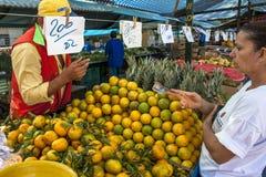 Apelsinen bär frukt på gatamarknaden Arkivfoton