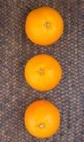 Apelsinen bär frukt på vide- dropp Arkivfoton