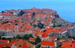 Apelsinen belade med tegel tak av hus i den gamla staden, Dubrovnik Royaltyfri Bild