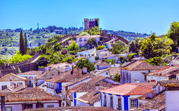 Apelsinen för väggar för slotttorntorn taklägger Obidos Portugal Royaltyfri Bild