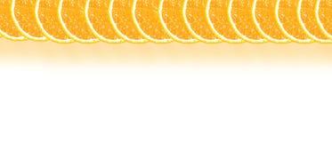 Apelsinen halverar bakgrund med utrymme för text på en vit Royaltyfria Bilder