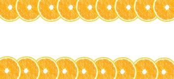 Apelsinen halverar bakgrund med utrymme för text på en vit Fotografering för Bildbyråer