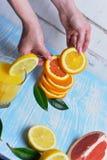 Apelsinen i händerna Arkivbild
