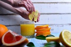 Apelsinen i händerna Royaltyfri Foto