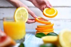 Apelsinen i händerna Royaltyfri Fotografi