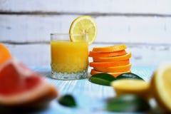 Apelsinen i händerna Arkivfoton