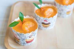 Apelsinen kuper tårtan arkivbild