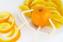 Apelsinen och apelsinen segmenterar på en plätera arkivfoto