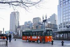 Apelsinen och gräsplanspårvagnen turnerar bussen Royaltyfria Bilder