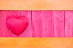 apelsinen och rosa färger med trätextur för röd hjärtafärg mönstrar tillbaka Royaltyfri Foto
