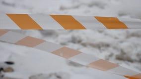 Apelsinen och vit, det randiga skyddande bandet skyddar nytt cement, reparationsarbete Industriell konstnärlig bakgrundsvinter lager videofilmer