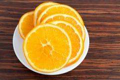 Apelsinen ringer på plätera royaltyfri foto