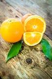 Apelsiner över trägolv Arkivfoto