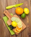 apelsiner för citrusfruktcitronlimefrukter Apelsiner, limefrukter och citroner arkivfoto