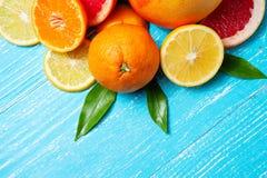 apelsiner för citrusfruktcitronlimefrukter Grapefrukter, tangerin och citroner Över blå wood tabellbakgrund med kopieringsutrymme arkivbild