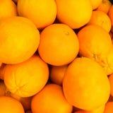 Apelsiner - hög av apelsiner/bunt av apelsiner Arkivfoto
