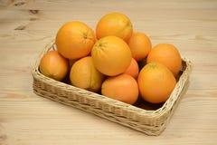 Apelsiner i en korg Royaltyfria Bilder