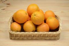 Apelsiner i en korg Arkivbild