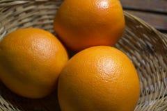 Apelsiner i en korg Arkivfoto