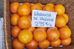 Apelsiner i en vide- korg Royaltyfri Bild