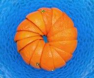 Apelsiner i maträtt av exponeringsglas Arkivfoto
