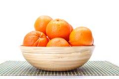 Apelsiner i träbunke Arkivfoto