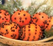 Apelsiner med kryddnejlikagarnering arkivbild