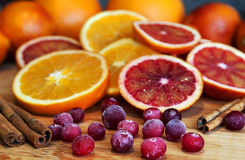 Apelsiner med tranbäret och kanel Arkivbild